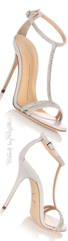 Si Cenicienta fuese real, habría elegido unas sandalias así. #zapatos #novia