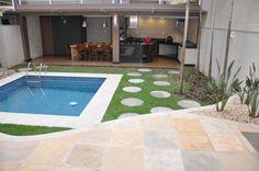 Quintal com piscina e jardim.