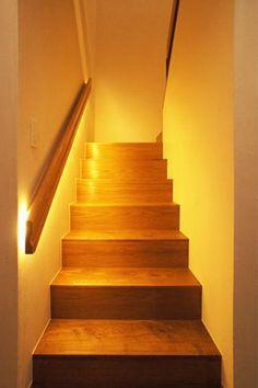 暗くなりがちな階段は、間接照明で足元を明るく照らしています。【リノベ暮らしな人々】Vol.36 素材やデザインで好みを演出。リラックススパのある心地よい家