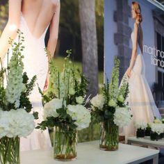 Blumendekoration mit weißen Blumen für einen Messestand