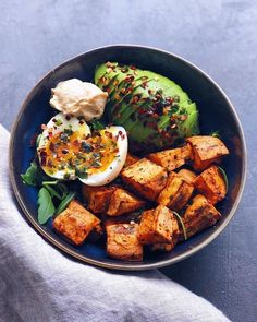 Roasted sweet potato (with olive oil pumpkin spice piment despelette salt pepper and thyme) with arugula avocado a jammy egg and hummus ? and on top olive oil chili flakes and coriander ? Vegetarian Recipes, Cooking Recipes, Healthy Recipes, Yummy Recipes, Sweet Potato Recipes Healthy, Healthy Potatoes, Vegetarian Lifestyle, Cooking Tips, Diet Recipes