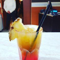 Zucchero di canna limone pestato sciroppo di fragola fragola  vodka pesca tassoni lemonsoda succo di pompelmomidori#bartender #cocktails #tipsybartender #vodka  #midori #lemonsoda #tassoni by enzo210383