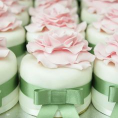 mini pink and green wedding cakes. Love The idea of individual cakes for your guests is perfect.The presentation is beautiful and makes your guests feel so special! Pretty Cakes, Beautiful Cakes, Amazing Cakes, Mini Wedding Cakes, Wedding Cupcakes, Flower Cupcakes, Fancy Cakes, Mini Cakes, Cup Cakes