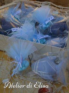 Bomboniere Pesciolini Profumati – Battesimo Marco, 20 settembre 2015: rifiniti con ciuffetti di tulle azzurro e bianco contenenti confetti classici alla mandorla bianchi e racchiusi nel sacchetto di cellophane … per non disperdere l'intenso profumo di lavanda durante il lungo viaggio per raggiungere la bella Sicilia!