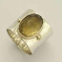 He encontrado este interesante anuncio de Etsy en https://www.etsy.com/es/listing/128733722/wide-silver-band-sterling-silver-ring