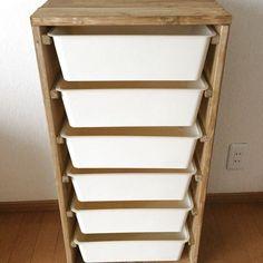 ダイソーで人気の『スクエア収納ケース』を見た時に、IKEAのトロファストが思い浮かべてから早数か月、やっと作ることができました(^ ^) カインズホームで1本198円の1×4の木材5本と、端材、スクエア収納ケース6個なので、2000円もかからずにできます☆ 子どものよく使うおもちゃはここに入るだけの量、と定量管理できればと思っています。