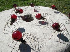 glühbirnen bastelideen im garten rote spinnen