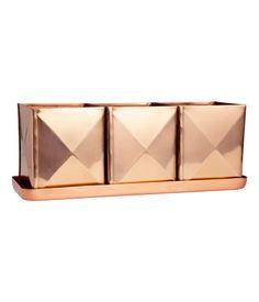 Fyrkantiga krukor i metall på en rektangulär bricka. Krukornas storlek 8,5x8,8x10,5 cm. Brickans storlek 10x28,5 cm.
