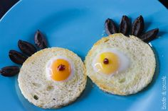 Occhietti di mostro - Crostini con uova di quaglia per Halloween - Brodo di coccole #halloween #crostini #uovadiquaglia #olive #brododicoccole Comida De Halloween Ideas, Olive, Eggs, Breakfast, Food, Morning Coffee, Essen, Egg, Meals