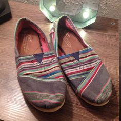 Tribal toms size 6 Cute gently worn and freshly washed toms sz 6 TOMS Shoes Flats & Loafers