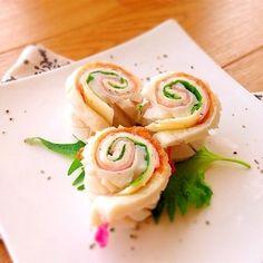 くるくる渦巻きがかわいい、ハムとチーズのちくわ巻き。ちくわの縦半分に切り込みを入れてそれぞれ重ねてカットするだけの、簡単でさっぱりおいしいすきまおかずです。 Bento Recipes, Different Recipes, Sushi, Lunch Box, Food And Drink, Dinner, Cooking, Breakfast, Ethnic Recipes