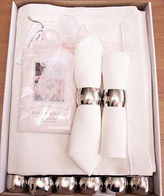 Ekskluzywny lniany komplet stołowy. Obrus lniany ecru wraz z serwetkami, każda serwetka ma prostą i elegancka obrączkę metalową. W zestawie saszetka zapachowa do szafy o zapachu różanym.