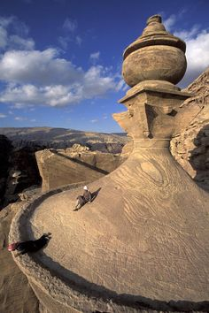 ✮ The tower of the ad-Deir monastery with Bedouin kids - Jordan, Israel