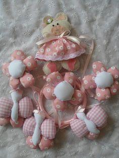 Móbile para Berço feito em tecido de algodão com enchimento em fibra. Contém 3 flores, 3 borboleta e 1 ursinha de feltro. Pode ser feito na cor que vc escolher.