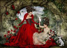 Alice no País das Maravilhas sendopegapor pintar as rosas de vermelho