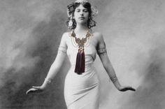 """Collier """"Mata"""" Fanny Kachintzeff.  Entre mythe et réalité, la danseuse demi-mondaine et un peu espionne Mata Hari a inspiré cette collection."""