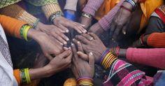 20150117 - Peregrinas hindus aquecem as mãos neste sábado (17) em torno de uma fogueira nas margens de Sangam, durante a feira tradicional de Magh Mela, importante ritual hindu, em Allahabad, na Índia. O principal feito do evento consiste em tomar um banho na confluência do rio Ganges para ser abençoado. PICTURE: Rajesh Kumar Singh/ AP