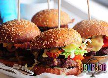 Ünnepeljetek szülinapot, bulizzatok a Bourbon Kreatív Élménykonyhán saját készítésű hamburgereket majszolva! Bourbon, Hamburger, Beef, Chicken, Ethnic Recipes, Food, Bourbon Whiskey, Meat, Essen