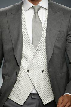 (Foto 17 de 1) Elegante combinación de grises con chaleco cruzado en blanco, Galeria de fotos de Las 10 tendencias en trajes de novio 2016 que has de conocer