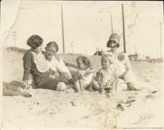 Rare Photos of Norma Jeane (Later Marilyn Monroe) With Her Family on the Beach of Santa Monica in 1929 ~ vintage everyday Marilyn Monroe, Santa Mugs, Santa And Reindeer, Santa Face, Vintage Santa Claus, Vintage Santas, Jean Vintage, Vintage Photos, Merry Christmas Banner Picture