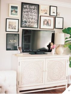 24 Ideas And Decorating For A Wall Gallery Around TV