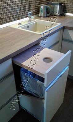 Konyhabútor praktikus szekrényeleme a kihúzható kuka és vágódeszka. Decor, Home Decor, Sink