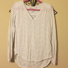 H&M white fitted blouse White all around floral blouse! This shirt is loose fitting, with long sleeves giving a flattering look :) 100% pre-shrunk cotton! H&M Tops Blouses