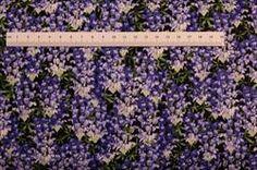 Blomster mark Patchworkstof - Blå blomster. Er et flot grøn patchwork stof med blå blomster. Køb hos HANNES patchwork