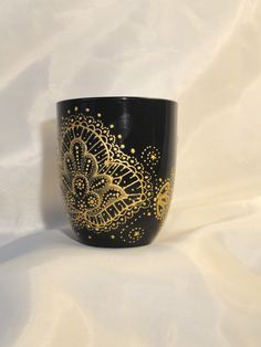 "Hand Painted COFFEE MUG ""Lace"" diy in black and white/ mehndi designs Painted Coffee Mugs, Cute Coffee Mugs, Cute Mugs, Coffee Love, Coffee Cups, Pottery Painting, Ceramic Painting, Posca Art, Diy Mugs"