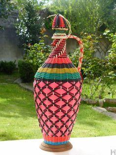 Années 60,grande bouteille vintage scoubidou J. Albinana en verre et tressée de fils plastiques multicolores de la boutique HistoiresAntiquites sur Etsy