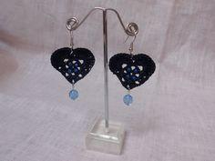 Orecchini a cuore con perle di vetro in azzurro
