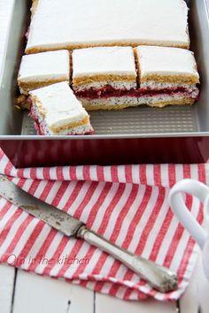 Chociaż jest kilka warstw ciasto jest bardzo delikatne, nie jest mdłe ani zamulające. Bardzo proste i całkiem szybkie w prz...