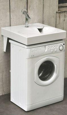 Lave-linge blanc sous le lavabo
