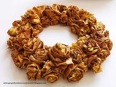 jesienny wianek z liści klonu - prosty, tani a efektowny | autumn leaf wreath Burlap Wreath, Wreaths, Dom, Fall, Autumn, Door Wreaths, Fall Season, Burlap Garland, Deco Mesh Wreaths