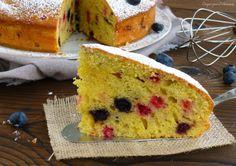 Latorta ai frutti di bosco è una torta soffice e golosa, perfetta per la colazione o per la merenda dei bambini! Bella da vedere e colorata vi farà fare u