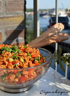 This Turkish bulgur salad (kisir) is a simple side dish for barbecues that packs a lot of flavor. It also makes a great, light summer lunch. Bulgur Recipes, Salad Recipes, Vegetarian Recipes, Healthy Recipes, Turkish Salad, Turkish Recipes, Ethnic Recipes, Plat Simple, Salads