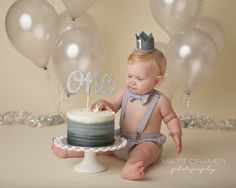 Gray Cake Smash First Birthday Outfit with Diaper Cover, Suspenders Braces, and Bow Tie Photo d'une séance smash the cake pour les 1 an d'un petit garçon Cake Smash Outfit Boy, Baby Cake Smash, Baby Boy Cakes, Cake Smash Cakes, Cake Smash Photos, Baby Boy 1st Birthday Party, 1st Birthday Photoshoot, 1st Birthday Cake Smash, Birthday Cakes