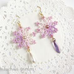 タティングレースのフラワービーズピアス ~白×紫~...very pretty...LOVE that the dangles don't match.