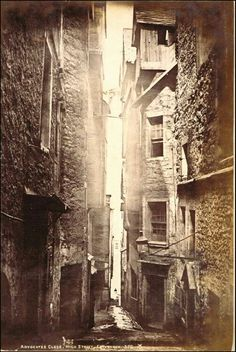 "This picture of Advocate's Close, Edinburgh, taken around shows the meaning of the word ""close"" or ""wynd""--a narrow alley leading from a main street. Antique Photos, Vintage Photographs, Vintage Photos, London History, British History, Old Pictures, Old Photos, Fosse Commune, Victorian London"