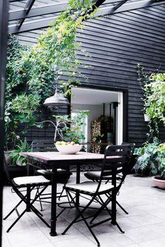 black exterior + outdoor furniture Outdoor Furniture Sets, Outdoor Decor, Black Garden, Patio, Home Decor, Lifestyle, Homemade Home Decor, Deck, Terrace