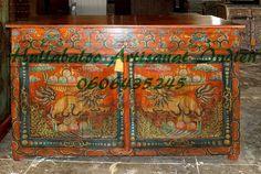 Ce magnifique buffet n'est pas indien, mais dans le style tibétain. J'aime ses couleurs chaudes et ses dessins superbement exécutés. Vous pouvez le retrouver sur le site de vente du Site Internet : http://www.artisanatsindien.com.