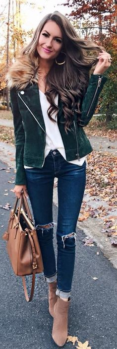 40 Winter Outfits To The Queen Of This Holidays / Grüne Samtjacke + Weißes Top + Dunkelblaue Enge Jeans + Camel Booties + Camel Leather Bag Winter Outfits, Casual Outfits, Fashion Outfits, Green Velvet Jacket, Green Jacket, Winter Leather Jackets, Winter Stil, Leather Jacket Outfits, Classy Casual