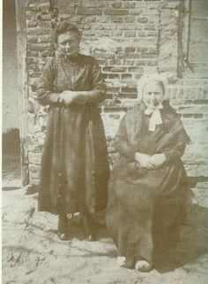 De alom bekende vrouw met haar dochter Mina was Mie Peels van, ( de Hut van Mie Peels )uit Aalst.
