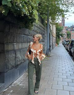 Outfit Goals, Mode Inspiration, Picture Poses, Off Shoulder Blouse, Thrifting, That Look, Ruffle Blouse, Street Style, Fashion Outfits
