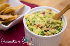 Guacamole é um prato típico da culinária mexicana a base de avocado, servido com tortilhas é uma ótima entrada. Receita de guacamole.