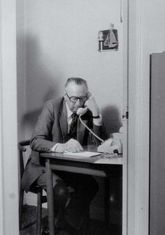 December 1958: in het souterrain onder het kantoor van de Thuiszorg aan de Westersingel in Rotterdam wordt een telefooncentrale aangelegd. Op 10 december is er een persconferentie over de eerste Nederlandse Telefonische Hulpdienst. De volgende dag rinkelt de telefoon veelvuldig. Een duidelijk teken dat de komst zeer gewenst is.    Na Rotterdam volgen, in de loop der tijd, ook andere steden die voor hun telefoondistrict een Telefonische Hulpdienst starten.