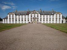 Lerchenborg Gods, Sjælland - Lerchenborg der oprindeligt hed Østrupgaard er en herregård og et gods der ligger i nærheden af Kalundborg oprettet i 1703 af den oprindelige landsby Østrups jorde. Den nuværende hovedbygning er opført 1743-1753 af general Christian Lerche (optaget i grevestanden 1751) som stamhuset for den danske lensgrevelige slægt Lerche-Lerchenborg. Det var administrativt centrum for Grevskabet Lerchenborg
