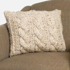 Chunky Knit Pillow COVERS - to replace those weird covers on the basement pillows. Hard to find just covers now a days! Knitted Cushion Covers, Knitted Cushions, Knitted Blankets, Knitting Patterns Free, Free Knitting, Crochet Patterns, Pillow Patterns, Free Pattern, Vogue Knitting