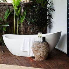 Wicked 10 Wonderful Modern Outdoor Bathtub Design Ideas For You To See For those who like to take a bath and like the beautiful feel of nature, having an outdoor bathtub requires a whole new level and is the right idea! Outdoor Bathtub, Outdoor Bathrooms, Outdoor Spa, Best Bathtubs, Stone Bench, Wet Rooms, Outdoor Settings, Natural Life, Bathroom Styling