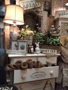 Flea Market Displays, Antique Store Displays, Gift Shop Displays, Flea Market Booth, Craft Booth Displays, Booth Decor, Antique Booth Ideas, Antique Mall Booth, Antique Shops